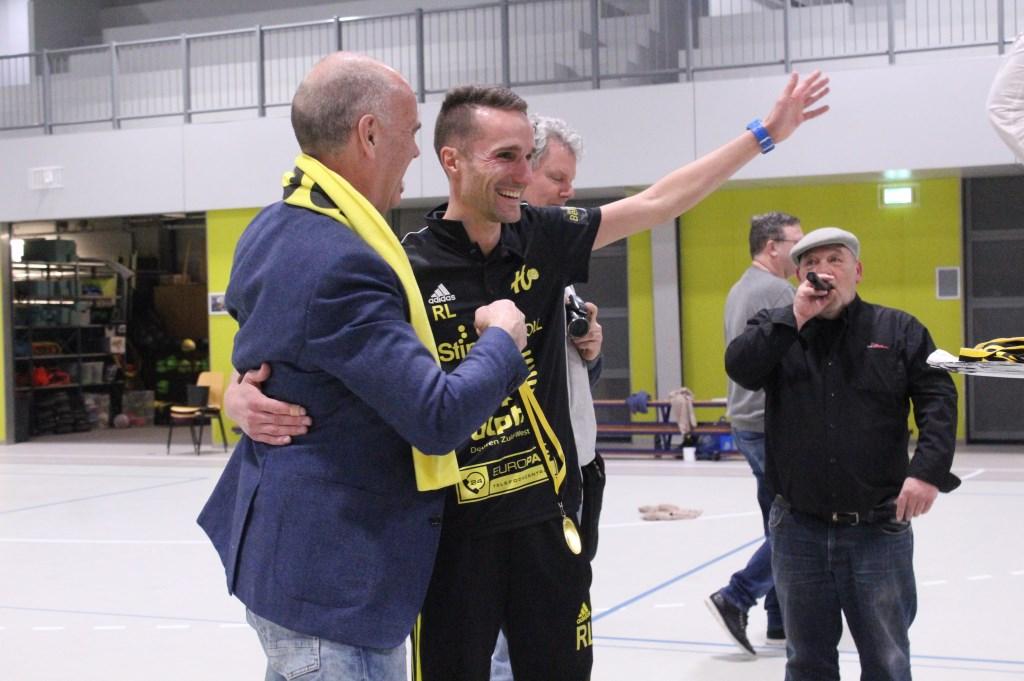 Wethouder Kees van Dalen en coach Rick Louw vieren samen de overwinning en het kampioenschap. Hanna Koops © BDU media