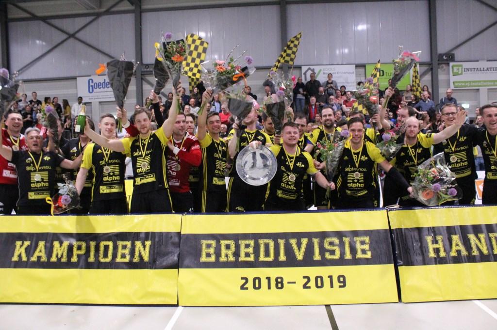 De blijdschap is groot bij de spelers met het behaalde kampioenschap. Hanna Koops © BDU media