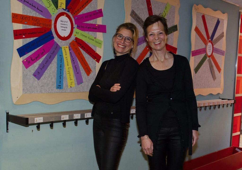 Eline Dekker en Lieke Becht in de hal voor het 'verkeersbord' Ellen Toledo © BDU media