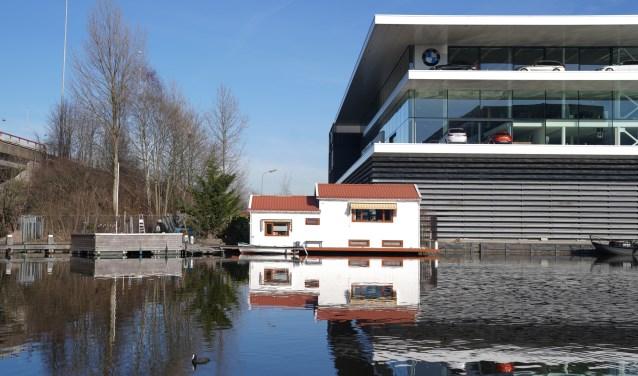 Woonboot wordt overschaduwd door het BMW kantoor.