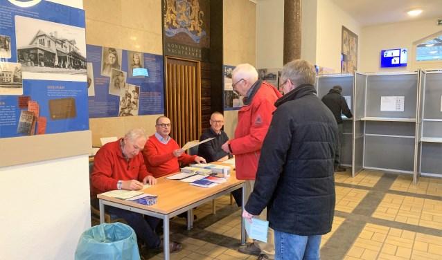 Het stembureau op station Baarn ging vanochtend al om 7.00 uur open.