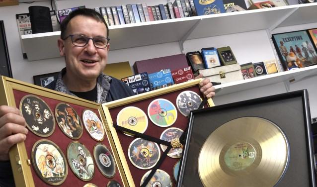 Johan Kommer met een kabinet vol cd´s en een gouden plaat