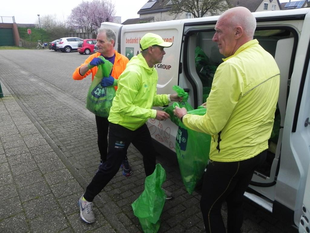 Fred van Mook perst de laatste zakken met vuil er nog bij. Richard Thoolen © BDU media