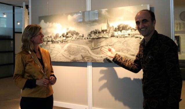 Burgemeester Joyce Langenacker en kunstenaar Nissim Men.