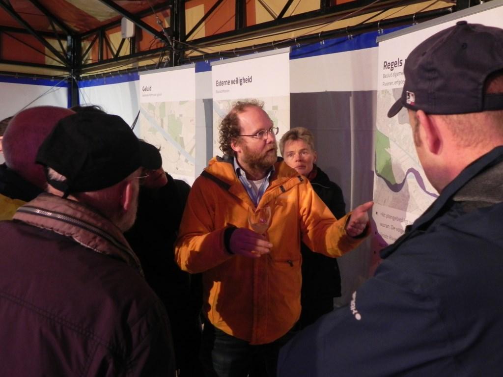 Initiatiefnemer Ruben Berendts ging met alle mensen het gesprek aan. Richard Thoolen © BDU media