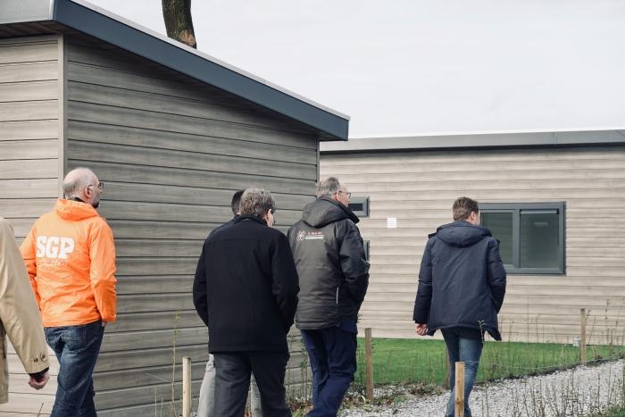 Jochen Sandberg gaat lijsttrekker Klaas Ruitenberg en plaatselijke kandidaat Gerrit van Lagen voor naar de nieuwe chalets.