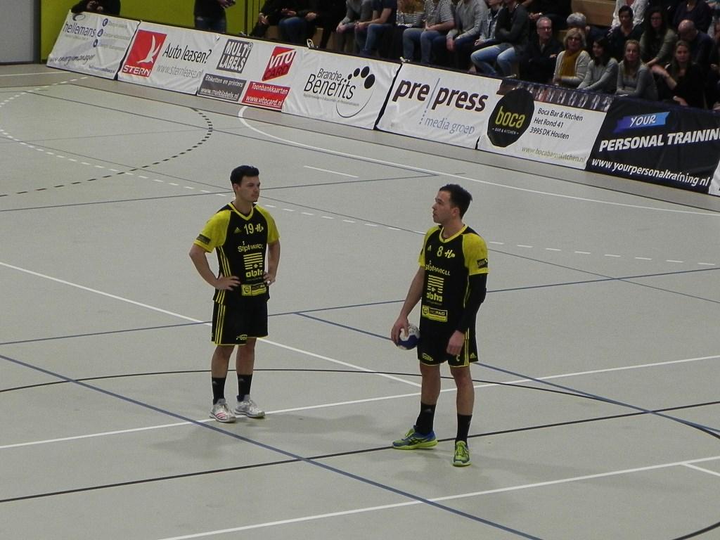 Toch enigszins gespannen openen Stijn Hoefnagels en Thies Berendsen de wedstrijd.  Richard Thoolen © BDU media