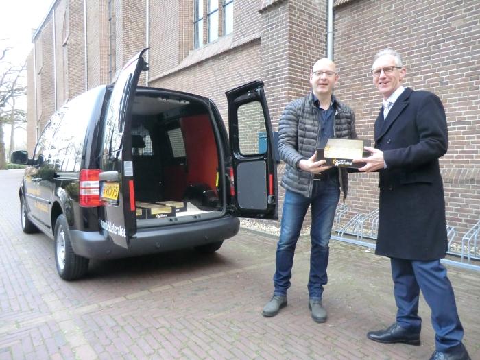 Bakker Wim van de Kletersteeg komt de petit fours bezorgen voor bij de koffie. Han van Schagen bedankt hem hiervoor! n.v.t. © BDU media