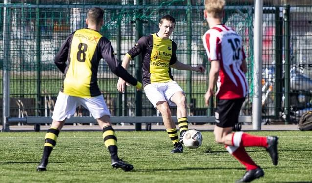 Haarlem - Robbert Bolwijn met rugnummer 5 in geel-zwart tegen De Spartanen bij Wognum bij VV Schoten in Haarlem.