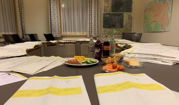 De gele stembiljetten in de telkamer in het gemeentehuis van Baarn.