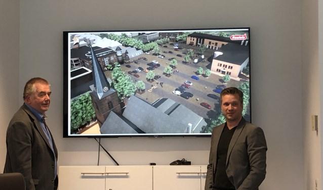 Wethouder Roelof Koekkoek (links) bekijkt de plannen met de projectleider.