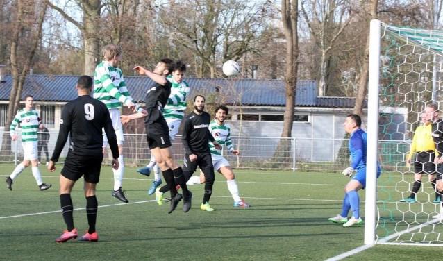 Tobu Correia kopt de 2-1 binnen voor Amstelveen Heemraad.