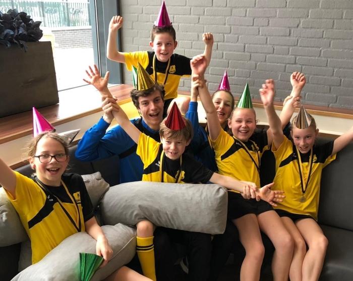 Foto vlnr: Emma, Tobias, Bente, Kim, Bram bovenaan en de coaches Roemer en Floor.