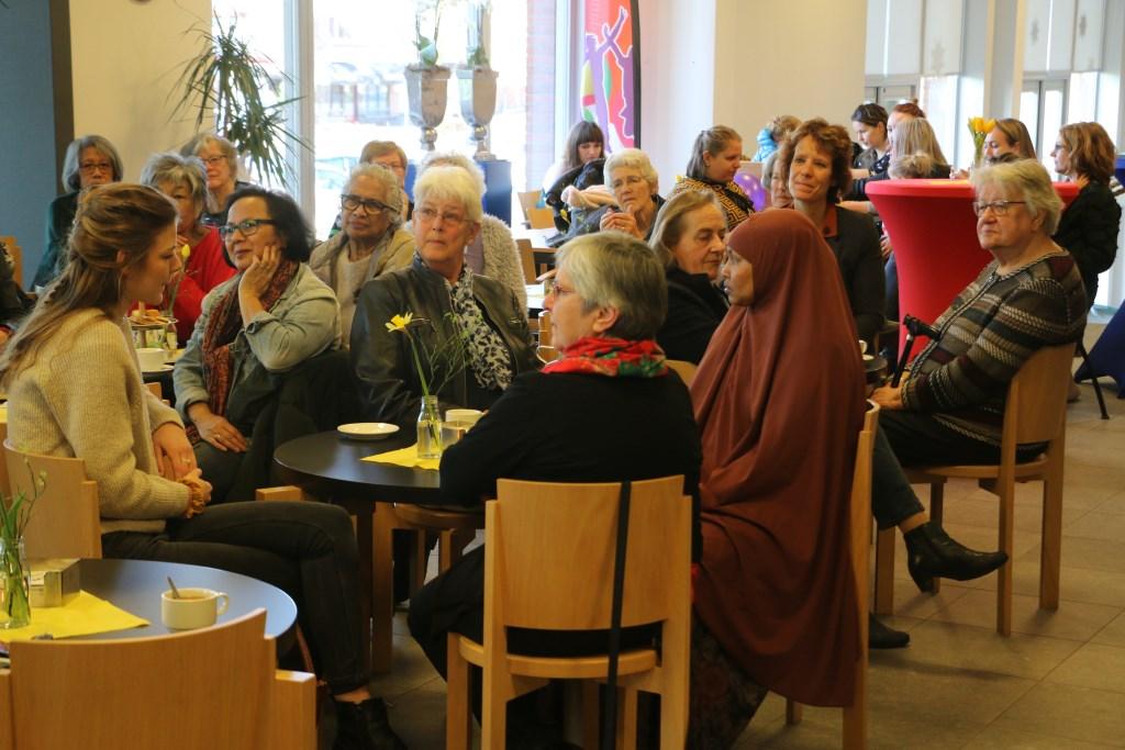 Een gemêleerd gezelschap van dames bezocht vrijdag het buurtcentrum van het Westhoffhuis in Lunteren, waar wethouder Willemien Vreugdenhil een betoog hield. Freek Wolff © BDU Media
