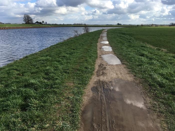 Een blubberig pad langs de Eem