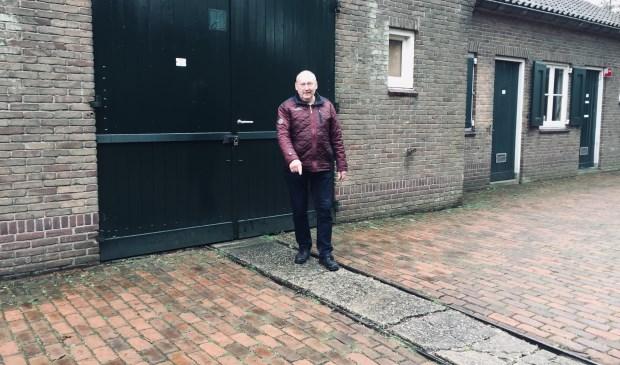 CDA Raadslid Wim van Ginkel wijst op de smalspoorbaan bij de schijvenloods. Frits van Breda  © BDU media
