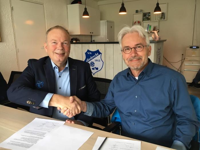 Op de foto tekenen Koos Leeuwenstein van Cofano (rechts op de foto) en Kees Verhoef (VV Sliedrecht) het sponsorcontract.