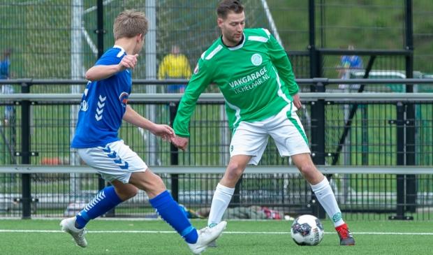 <p>Donovan Rijlaarsdam (groen shirt) stapt over naar SV Harskamp</p>