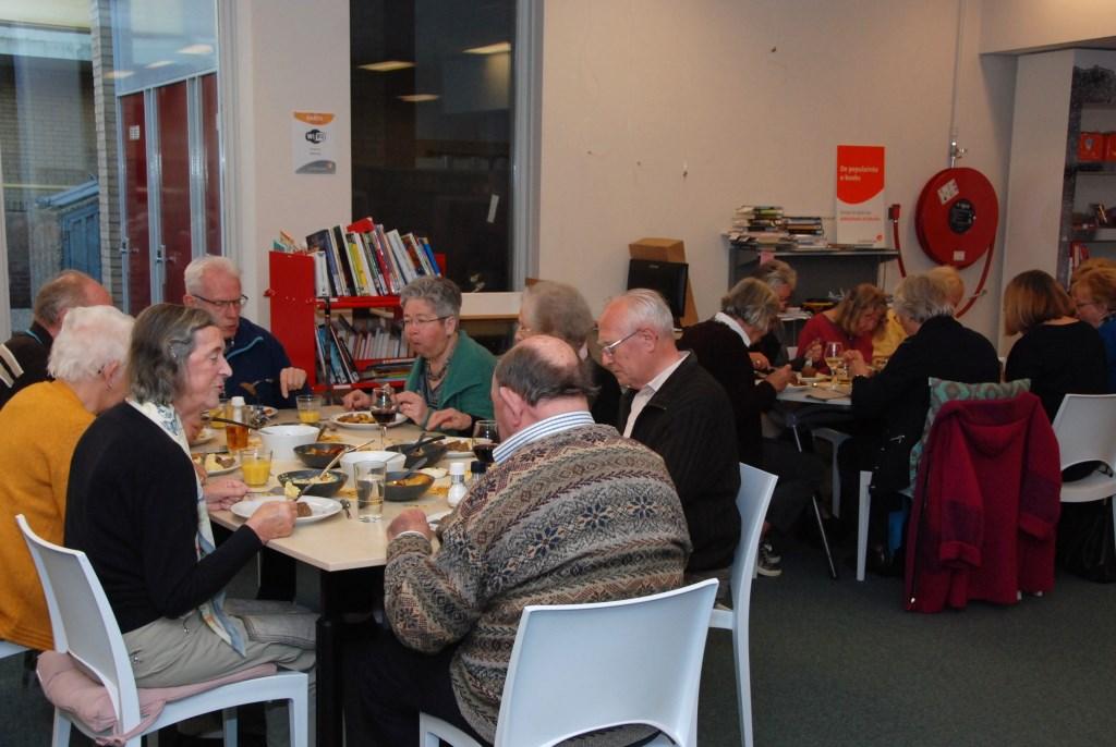 Gezellig samen eten in Het Trefpunt in de bieb. Adriaan Hosang © BDU media