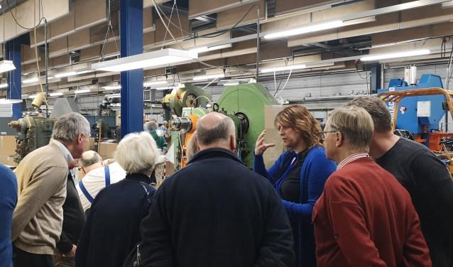 Petra Koppejan licht het productieproces bevlogen toe