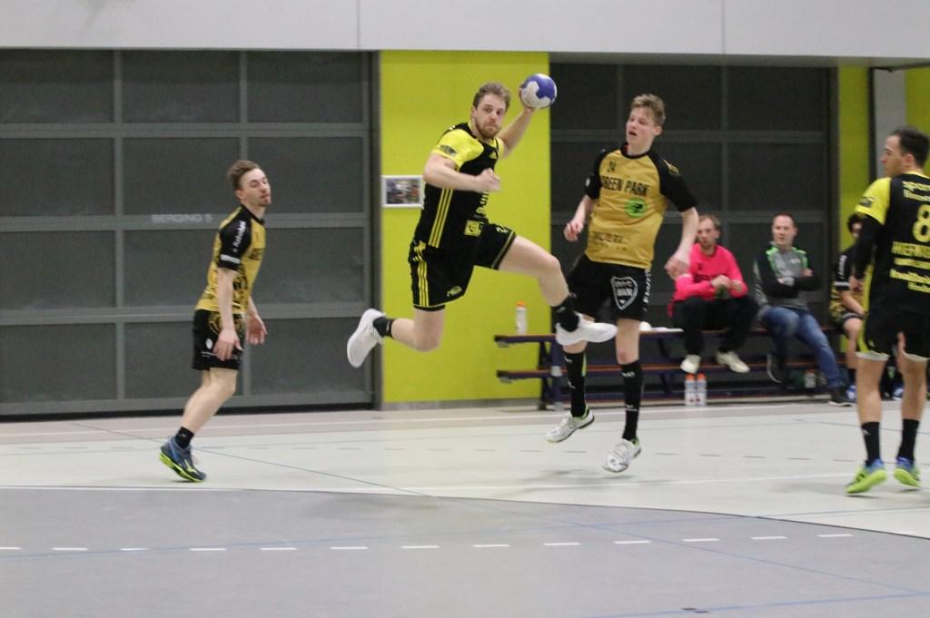Sonni de Jonge springt tussen twee verdedigers om hard uit te halen. Hanna Koops © BDU media