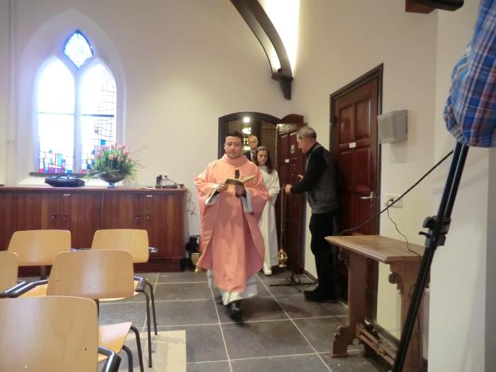 Pastor Mauricio Meneses loopt de sacrale kapel in voor de inzegening n.v.t. © BDU media