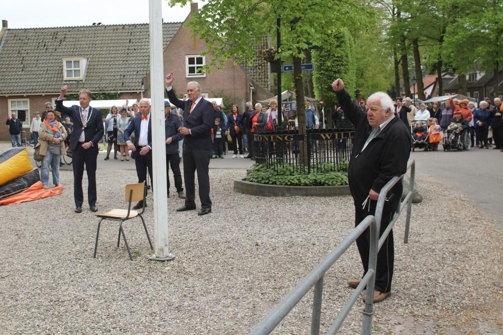 In Lage Vuursche wordt om 11.00 uur de vlag gehesen. Roeland de Bruyn © BDU media