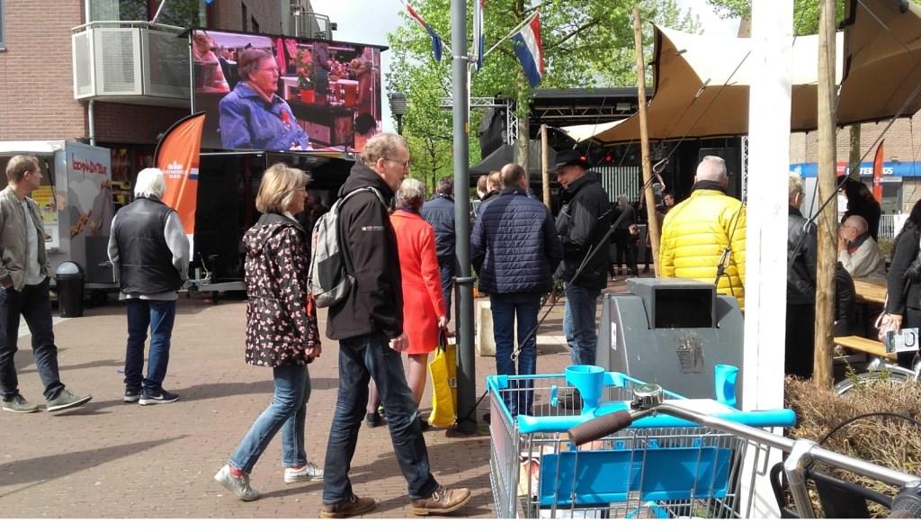 Op een groot scherm volgen de Hoevelakers de gebeurtenissen in Amersfoort. Gerrit Steen © BDU Media
