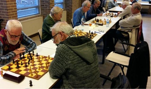 Rob Boss (rechts vooraan) gaf het goede voorbeeld op bord  1.