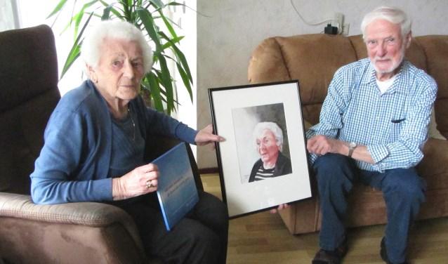 Beppie Ottenbros-Bosboom met haar portret door Jan Larsen (rechts).