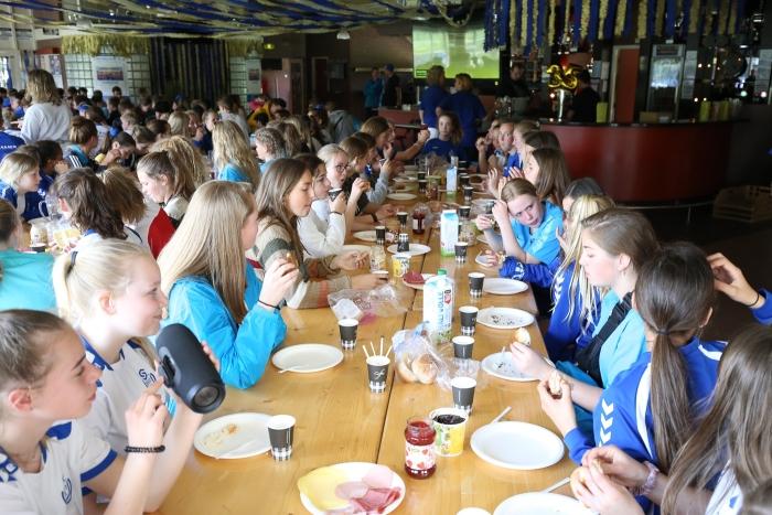 Bivakkeren in tenten en eten in het clubhuis van SO Soest  Foto-Bart fotografie © BDU media