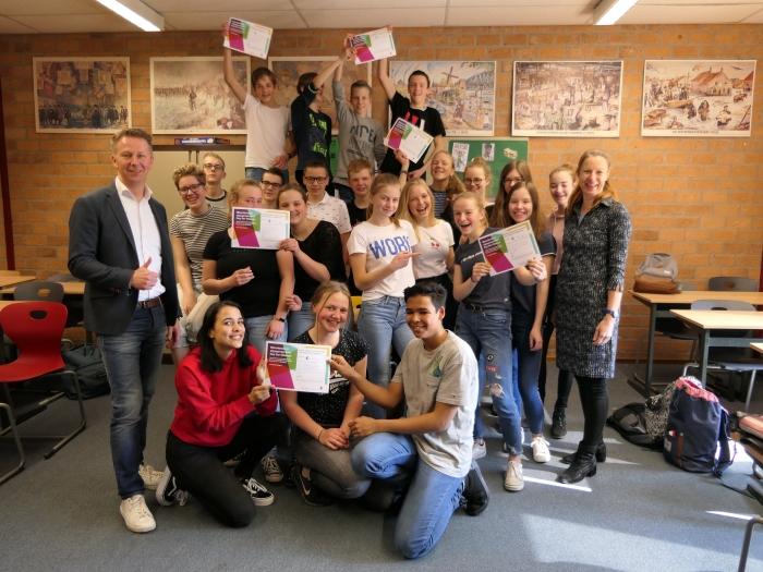 Leerlingen van de derde klas vwo van het Johannes Fontanus College met hun getekende leenovereenkomsten, met Marcel Wijnen van Rabobank Gelderse Vallei en Marjan Duursma van Stichting Day for Change.