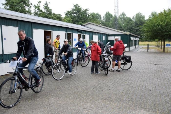 Deelnemers maken zich klaar voor de Avondfiets4daagse