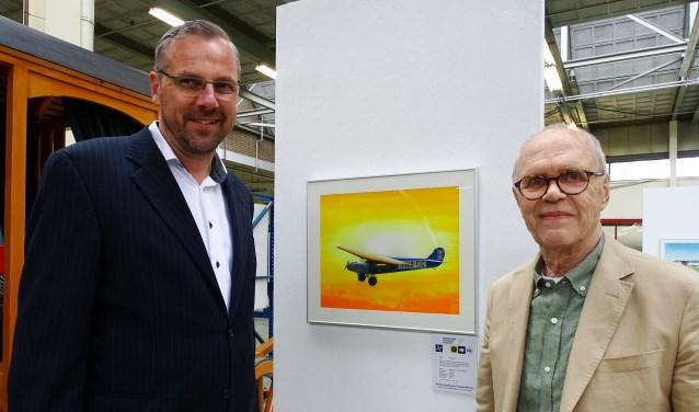 Thijs Postma met museumdirecteur Arno van der Holst bij een van zijn werken.