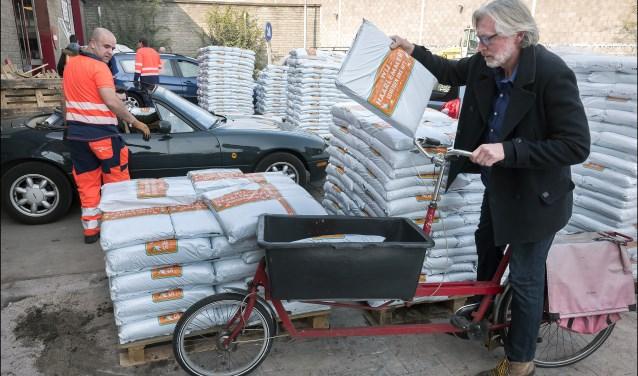 Fietsen, kruiwagens, auto's, bakfietsen, het werd allemaal ingezet om de zakken compost af te halen bij Spaarnelanden.