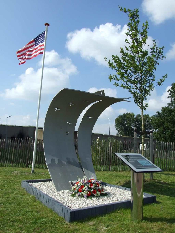 Monument 'Missing Man Salute'. Crash Museum © BDU media