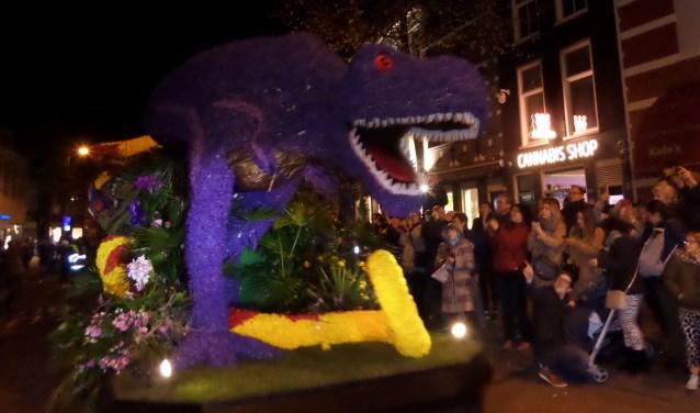 De feestelijke optocht van het Bloemencorso kwam zaterdagavond aan in het centrum van Haarlem.