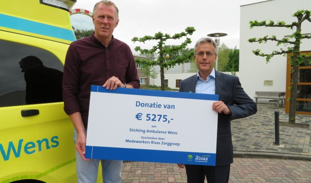 Michiel van Roozendaal overhandigde de cheque namens de Rivas-medewerkers aan Kees Veldboer van Stichting Ambulance Wens.
