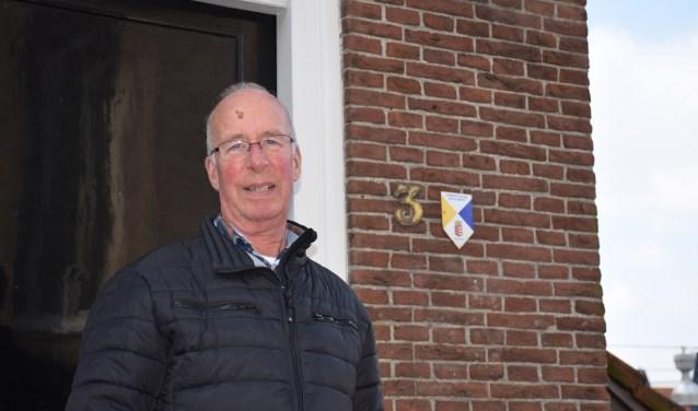 Jan van Rooijen voor zijn ouderlijk huis