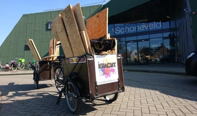 De bakfiets van De Krachtfabriek vol met hout van het oude dak van Schoneveld.