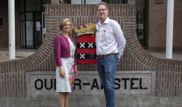 Burgemeester Joyce Langenacker en Frank van der Linden.
