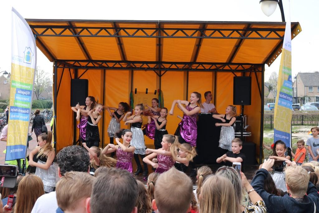 Het podium werd gevuld met diverse dansoptredens en DJ Aurence Sofie Stehouwer © BDU media