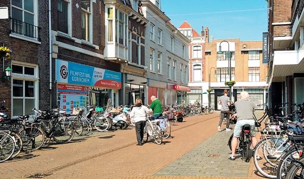 <p>Op drukke dagen staan wel duizend fietsen her en der in de binnenstad</p>