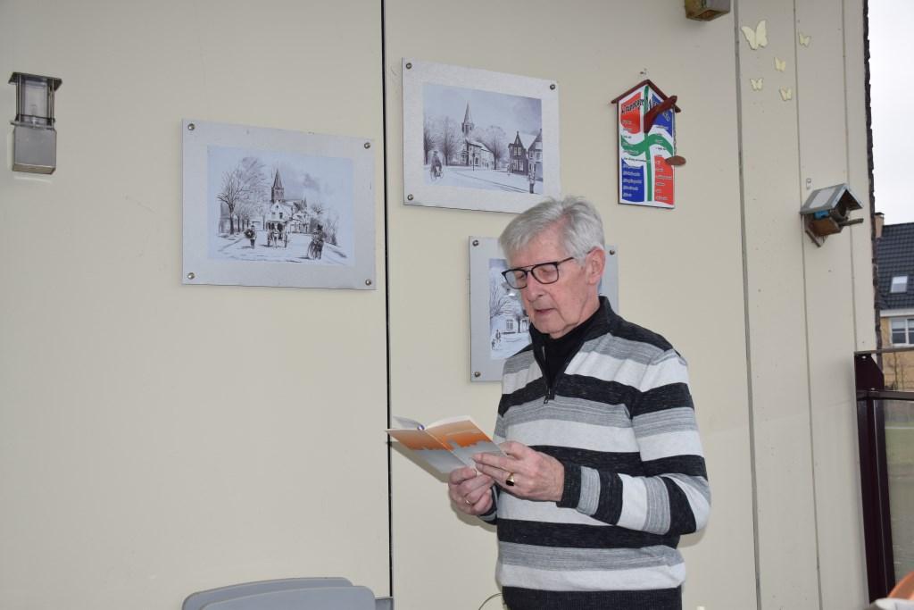 Jan Lenstra bekijkt het programmaboekje Frank Magdelyns © BDU media