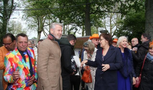 et college arriveert bij de speeltuin in Zwanenburg waar het feest in volle gang is.Op de voorgrond burgemeester Onno Hoes en wethouder Mieke Booij.