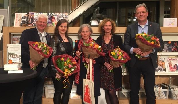 Ingrid Hoogendijk (midden) werd op 3 maart uitgeroepen totZ-O-U-T-schrijver 2019.