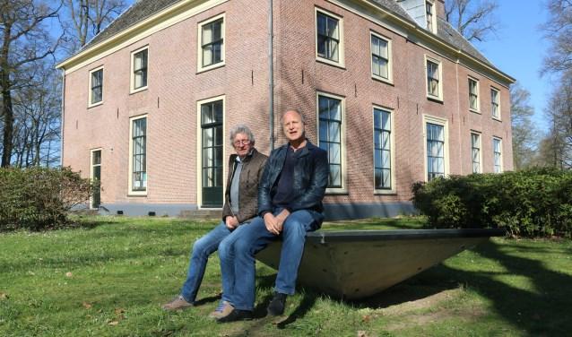 Ted Benschop (rechts) en Jaap Klomp voor Huis Kernhem, voor expo's beeldende kunst, lezingen, klassieke en jazz concerten.