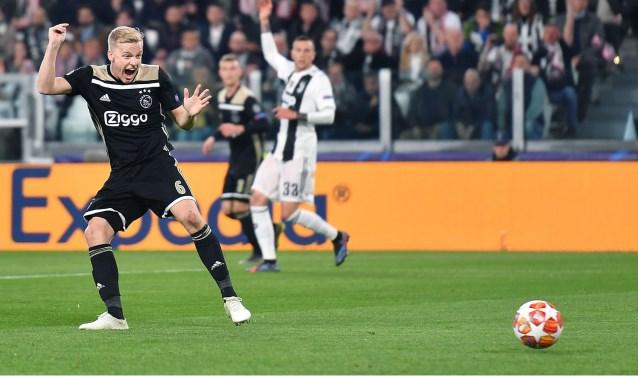 Donny van de Beek maakt de 1-1 in de 34ste minuut in Turijn.
