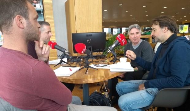 Met de klok mee: Dennis van Ommeren (RTV Utrecht), gespreksleider Kees Hoogendijk, Jeroen de Valk (De Stad Amersfoort) en John Spijkerman (De Stadsbron) bespreken de Amersfoortse politiek.