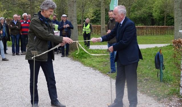 Jan Gorter en Johan Carel Bierens de Haan openen de bloemenwaaier.